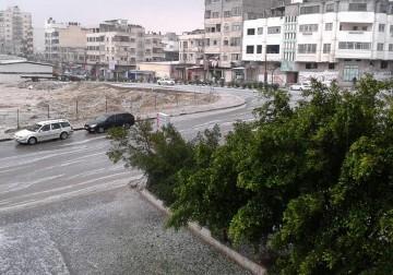 بَرَدُ نيسانِ وأمطارِه.. من شبابيك غزّة