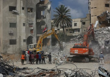 تواصل عمليات إزالة ركام برج الجلاء الذي دمره الاحتلال في غزة