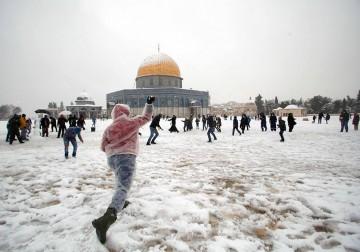القدس تتزيّن بالأبيض.. الثلوج تغطيها