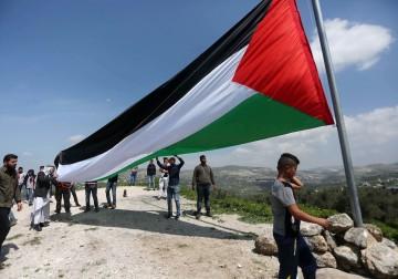 مواطنون يرفعون علم فلسطين في المنطقة الأثرية من سبسطية