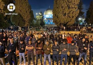 آلاف المصلين يؤدون صلاتي العشاء والتراويح في ساحات المسجد الأقصى