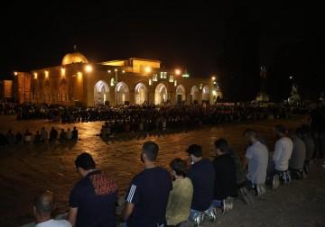 الفلسطينيون يؤدون صلاتي العشاء والتراويح في المسجد الأقصى