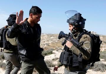 الاحتلال يجرف أراضٍ زراعية قرب الخليل
