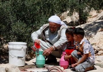 فلسطيني يعيش في أحد الكهوف قرب الخليل