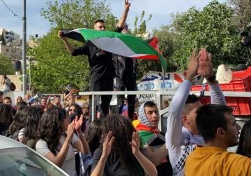 """مئات المتظاهرين في حي الشيخ جراح بالقدس رفضًا للهجمات الاستيطانية والمخططات """"الإسرائيلية"""""""