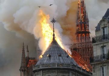 النيران تأكل التاريخ.. حريق ضخم بكاتدرائية نوتردام في باريس