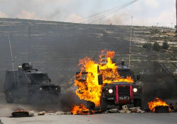 عشرات الاصابات في مواجهات عنيفة مع الاحتلال على مدخل البيرة