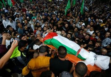 فلسطينيون يشيعون جثمان محمد خبيصة الذي استشهد برصاص الاحتلال في قرية بيتا