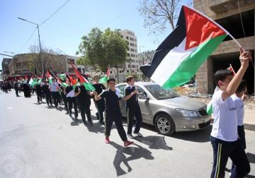 نابلس - أطفال يشاركون في سلسلة بشرية تضامناً مع الاسرى الفلسطينيين في سجون الإحتلال الإسرائيلي الذين يخوضون اضراباً عن الطعام لليوم الرابع على التوالي.