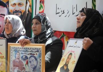 الخليل - مواطنون وأهالي الأسرى يتضامنون مع الأسرى المضربين عن الطعام في سجون الإحتلال الإسرائيلي .