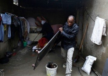 مياه الأمطار تجتاح شوارع غزة وتغرق العديد من منازل سكان القطاع، الذين لجؤوا لوسائل تدفئة بدائية نتيجة انقطاع التيار الكهربى.