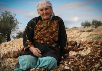 الأم الفلسطينيه .. إمرأة تعانق المجد ...