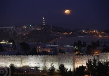 القمر كما ظهر في سماء العاصمة الفلسطينية مساء أمس