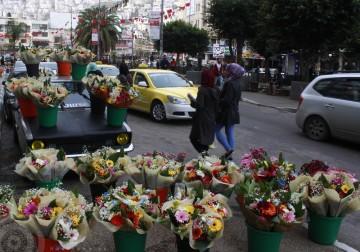 باعة باقات الزهور يعرضون زهورهم على أرصفة الشوارع وسط مدينة نابلس، لمناسبة يوم الأم . تصوير: بلال بانا