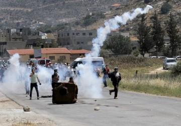 نابلس - مواجهات بين الشبان وجنود الاحتلال الاسرائيلي على حاجز بيت فوريك بعد مظاهرة تضامنا مع الاسرى المضربين عن الطعام لليوم 26 على التوالي.