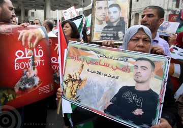 نابلس - مواطنون وأهالي الأسرى يرفعون لافتات تطالب بمقاطعة البضائع الاسرائيلية، خلال فعالية تضامنية مع الأسرى المضربين عن الطعام لليوم 35 على التوالي.
