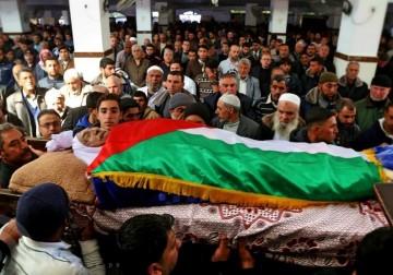 تشييع جثمان الشاعر الفلسطيني عمر خليل عمر أحد مُؤسسي حركة القوميين العرب .