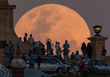صور ظاهرة القمر العملاق عبر العالم