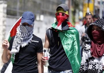 رام الله - الإحتلال يقمع مسيرة تضامنيا لنصرة الأسرى المضربين عن الطعام أمام سجن عوفر