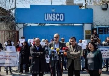 صور / اعتصام أمام مقر الأمم المتحدة في مدينة غزة، احتجاجًا على سحب تقرير