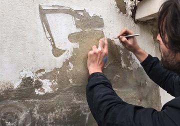 فلسطيني يصنع لوحات فنية عن بلاده من تقشير الحوائط