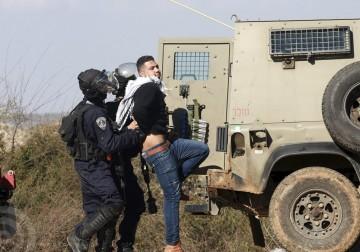 قلقيلية - اعتقال مواطن أثناء مسيرة سلمية ضد التوسع الاستيطاني في خربة عزبة الطبيب في قلقيلية - تصوير ايمن نوباني
