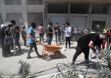مجموعات شبابية وبلدية غزة تبدأ مبادرة تنظيف الشوارع وإزالة الركام بفعل العدوان الصهيوني