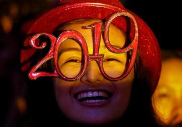 العالم يستقبل 2019