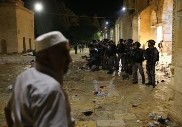 القدس تنتفض.. قمع وحشي لقوات الاحتلال في الأقصى..