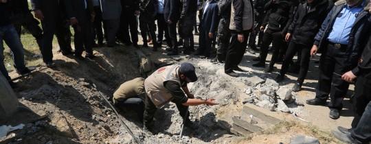 من مكان التفجير الذي استهدف موكب رئيس الوزراء بغزة اليوم الثلاثاء - 13 مارس 2018