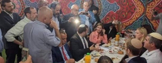 إفطار رمضاني نظّمته شخصيّات فلسطينيّة في الخليل المُحتلّة للمستوطنين
