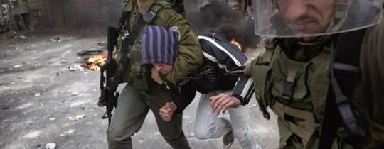 جنود الاحتلال يعتقلون شاباً فلسطينياً بالضفة المحتلة