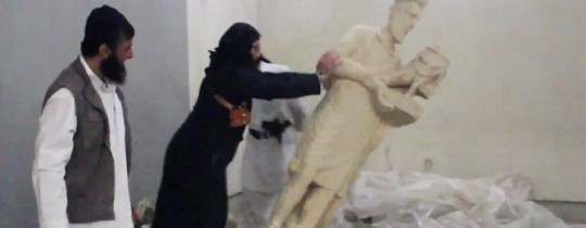 عناصر من داعش يدمرون أحد التماثيل بالمتحف