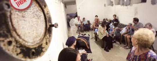 مستوطنون صهاينة في أحد الملاجئ