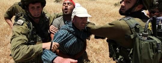 أرشيف: جنود الاحتلال يعتدون على مواطن بالضفة