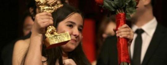 ابنة شقيق المخرج الإيراني، تتسلّم الجائزة