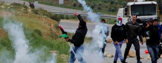 صورة أرشيفية مواجهات بين شبان فلسطينيين وجنود الاحتلال