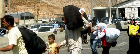 لاجئون فلسطينيّون يعبرون الحواجز الحدويّة للأراضي السورية هرباً من أعمال العنف