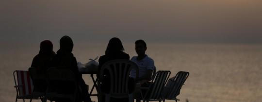 اسرة فلسطينية على شاطئ بحر غزة
