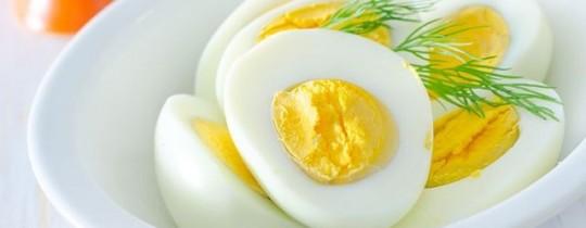 البيض المسلوق جيدًا آمن للتناول من قبل الجميع.