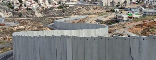 الجدار الفاصل الإسرائيلي العنصري أقيم على أنقاض أراضي المواطنين بالضفة المحتلة