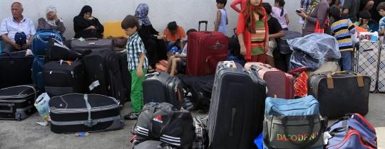 مُسافرين ينتظرون دورهم للسفر عبر معبر رفح جنوب قطاع غزة - ارشيف