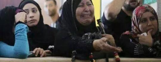 سيدة فلسطينية تذرف الدموع امام معبر رفح