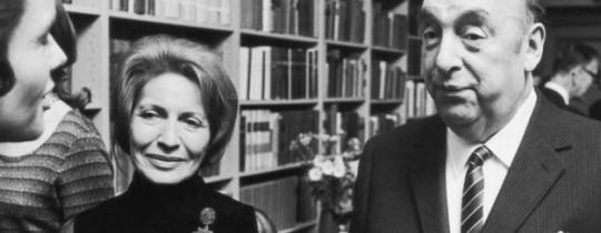 كانت ماتيلدا (وسط الصورة) زوجة الشاعر الراحل (على اليمين) تعتقد أنه لم يمت بسبب السرطان