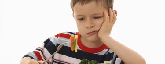 يقول الخبراء إن الطفل بطبيعته يُقلّد من حوله وخاصة والديه - صورة من الانترنت
