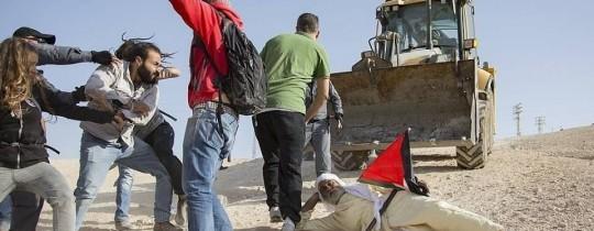 نشطاء في مواجهة آليات الاحتلال في خان الأحمر - ارشيف