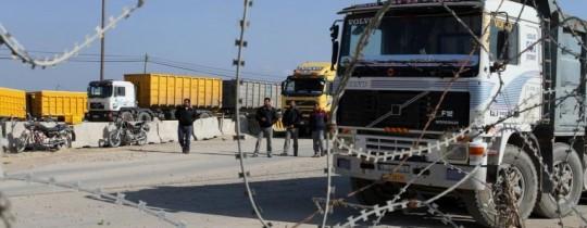 حافلات البضائع تمر عبر كرم أبو سالم جنوب شرق قطاع غزة