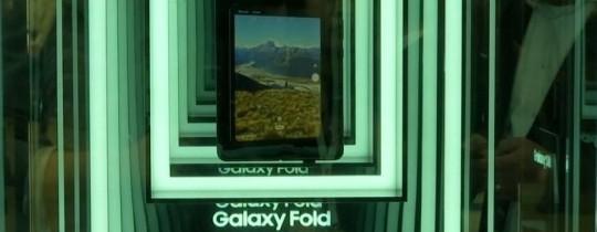 وكان هاتف سامسونغ معروضا في برشلونة داخل صندوق زجاجي مثل المعروضات في المتاحف