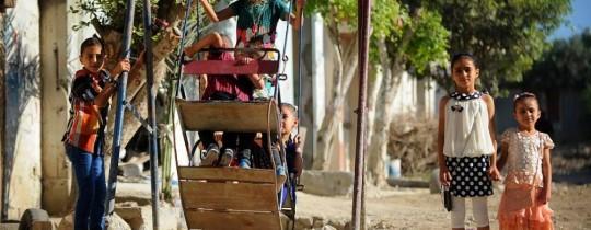 أطفال يلهون على أرجوحة العيد- غزة - صورة أرشيفية