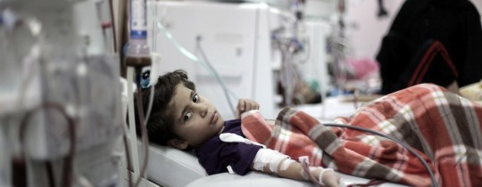 طفل يتلقى خدمة صحية بغزة